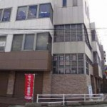 JR宝殿駅より徒歩3分、角地の目立つ場所にある事務所物件。