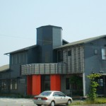 明石市、県道沿いにある2階建て大型店舗物件。