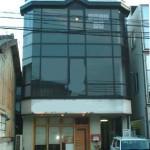 JR土山駅より徒歩2分、ガラス張りの路面事務所物件。