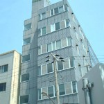 JR明石駅より徒歩9分、角地で良く目立つ立地の事務所物件。